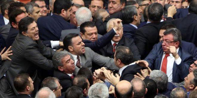Турецкие депутаты подрались из-за поправок к Конституции