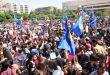 Banderas ondeadas y cantos en la plaza de los Omeyas para expresar la alegría de la victoria