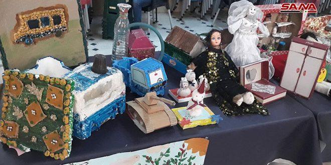 Una exposición de objetos reciclados exhibe los productos de 500 mujeres