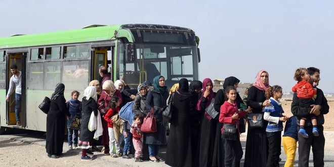 Nuevos grupos de familias regresan a través del paso de Abou al-Duhur a sus hogares en Alepo, Idleb y Hama