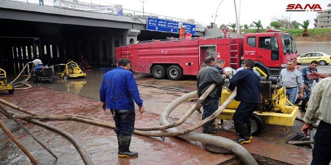 Continúan trabajos para abrir calles y túneles cerrados por las torrenciales lluvias