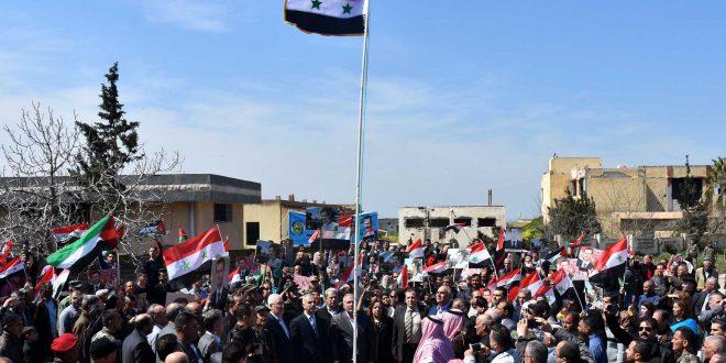 Centenares de desplazados regresan a sus hogares en el pueblo de al-Buaida al-Sharkia en Homs