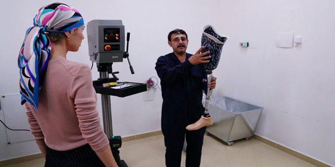 Asma al-Assad visita el hospital de prótesis en Hama, el cuarto de su tipo a nivel nacional