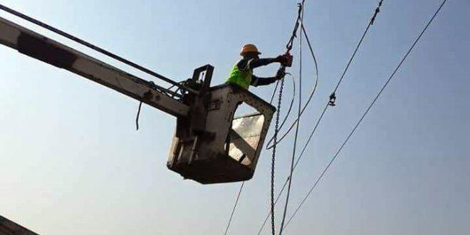 Reparan redes eléctricas dañadas por la agresión turca en Qamishli