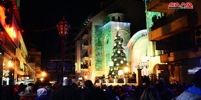 Encienden las luces de Navidad en Latakia Frente a la iglesia de los arcángeles Gabriel y Miguel