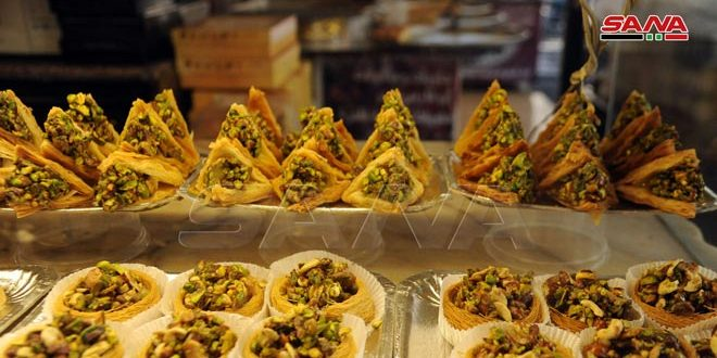 Dulces árabes hechos por pasteleros de Damasco durante el mes de Ramadán