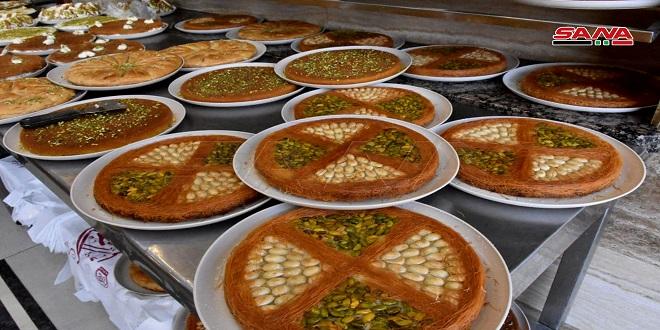 Mercado de dulces en la ciudad de Hama durante el mes de Ramadán