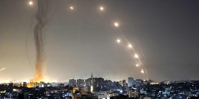En fotos… La resistencia palestina lanzó cohetes contra Tel Aviv en respuesta a la continua agresión israelí contra la Franja de Gaza.
