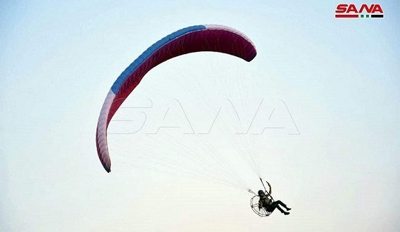 Lanzan actividad de parapente en el Festival del Castillo y el Valle en Homs