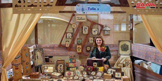 Con aguja e hilo, una mujer de Alepo expresa su amor por el patrimonio