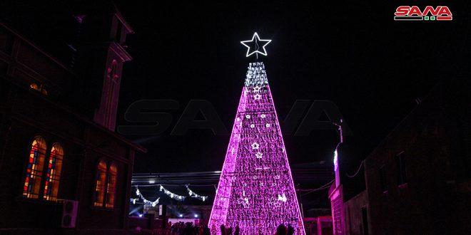 حومه درعا: روشن شدن درخت کریسمس در شهرک بصیر با یک میلیون چراغ