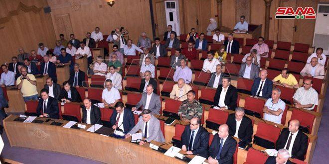 اعضای اتاق صنعت وتجارت وگردشگری حلب خواستار تامین مواد اولیه صنعت نساجی وپیگیری اجرای طرح های بازسازی شدند