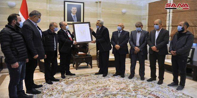 طی دیدار با یک هیات به نمایندگی از اهالی جولان اشغالی سوریه؛ نخست وزیر سند ملی ادامه مقاومت تا آزادی را تحویل گرفت