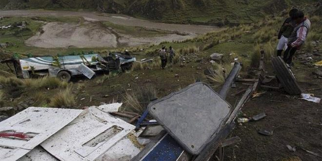 واژگونی اتوبوس جان دستکم 20 نفر را در پیرو گرفت