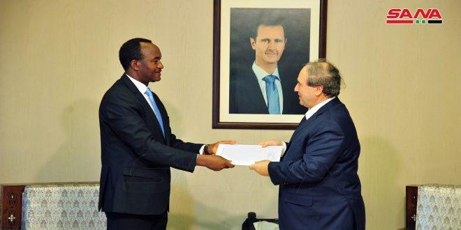 امانوئل کالینزی مسئول هماهنگی پروژه های یونیدو در سوریه استوارنامه خود را تحویل دکتر فیصل مقداد داد