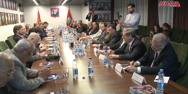 La délégation de l'Assemblée du peuple rencontre des représentants des organisations sociales russes