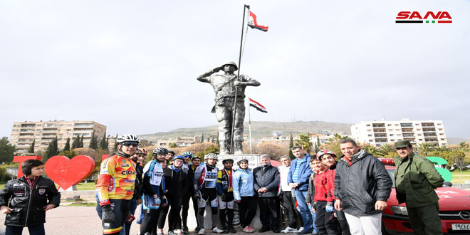 Achevant le «Voyage de la victoire», le cycliste Alaa Ra'i arrive à Damas venant de Tartous
