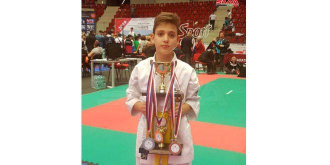 L'enfant syrien Daniel Abaza gagne la médaille d'or au championnat du monde du Karaté