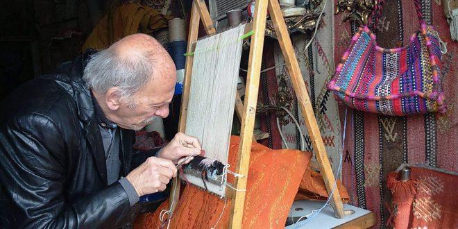 בכלים פשוטים .. אבו אל-בראא שומר את מקצוע טווית השטיחים בחלב