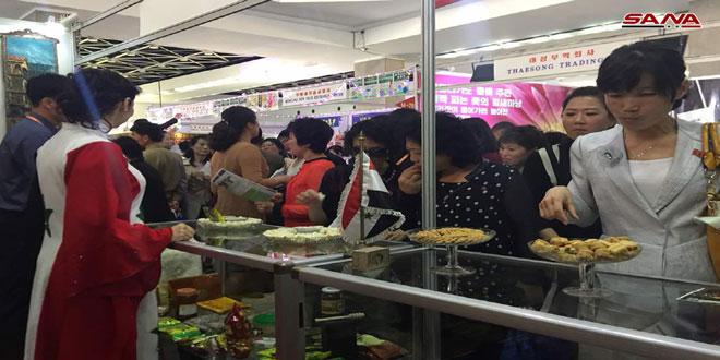 תנועת מבקרים ערה בביתן סוריה שביריד האביב המסחרי בביונג יאנג