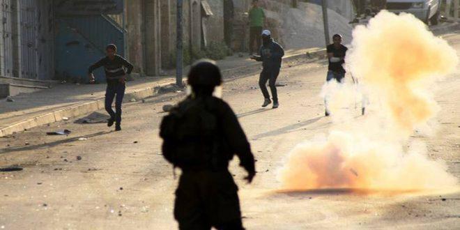 6 פלסטינים נפגעו בחנק כאשר כוחות הכיבוש פשטו על העיירה אל-עיזריה באל-קודס הכבושה