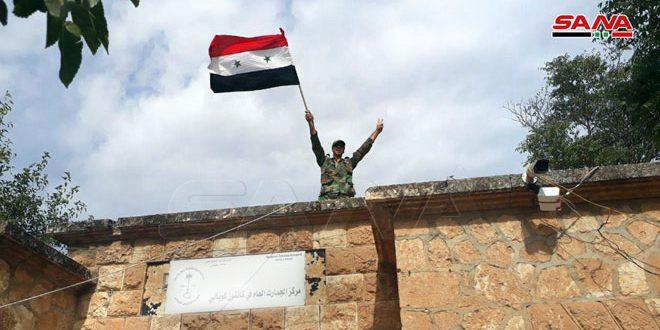 הדגל הסורי מנפנף מעל לעיירה עין אל-ערב