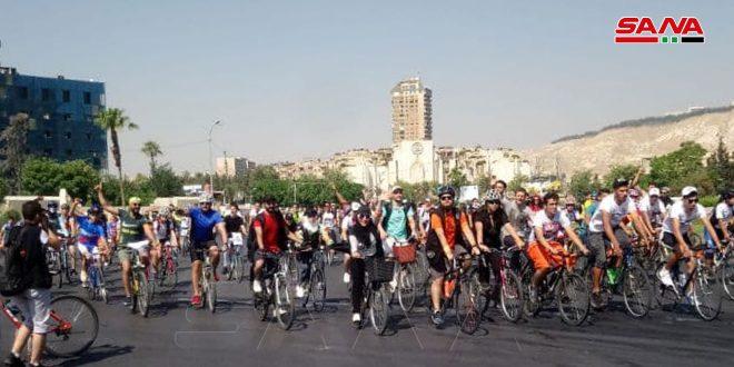 צעדה של אופניים מטיילת ברחובות דמשק לרגל השבועה החוקתית