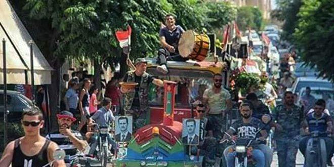 Жители города Мхарда празднуют победу над терроризмом на севере провинции Хама