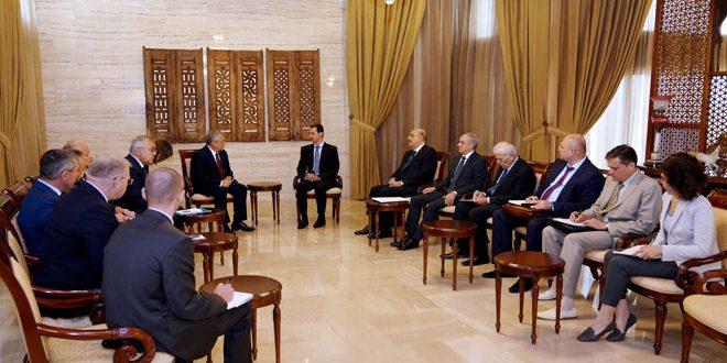Cumhurbaşkanı Esad Rusya başkanının Suriye özel temsilcisi Alexander Lavrentyev, Rusya Dışişleri Bakan Yardımcısı Sergey Vershinin ve onlara eşlik eden konuk Rus heyetini kabul ediyor