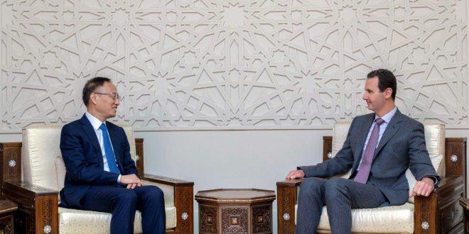 Cumhurbaşkanı el Esad Çin Dışişleri Bakan Yardımcısı Chen Xiaodong ve Suriye'ye bulunduğu iş ziyaretinde ona eşlik eden heyeti kabul ediyor
