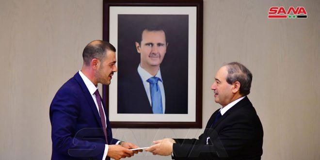 El Mikdad, Sırbistan Cumhuriyeti'nin Yeni Suriye büyükelçisinin Güven Mektuplarının Kopyasını Teslim Aldı