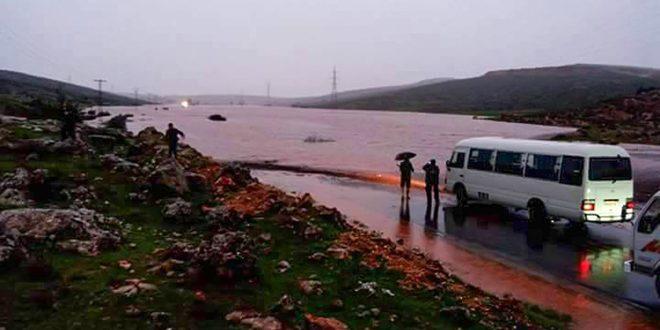 العاصفة المطرية في حماة تغلق طريق عام حماة مصياف