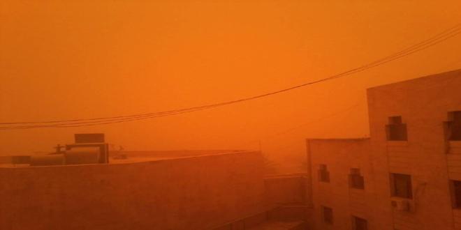 عاصفة رملية شديدة تضرب دير الزور تتسبب بانخفاض مستوى الرؤية