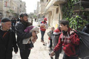 خروج أكثر من 1700 مدني من الغوطة الشرقية… والتنظيمات الإرهابية تستهدف بالرصاص ممر مخيم الوافدين لمنع الأهالي من الخروج