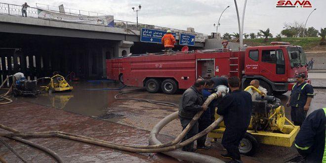 الورشات الفنية تواصل أعمال إزالة الطمي والمياه في عدد من الأنفاق في دمشق وريفها لفتح الطرقات