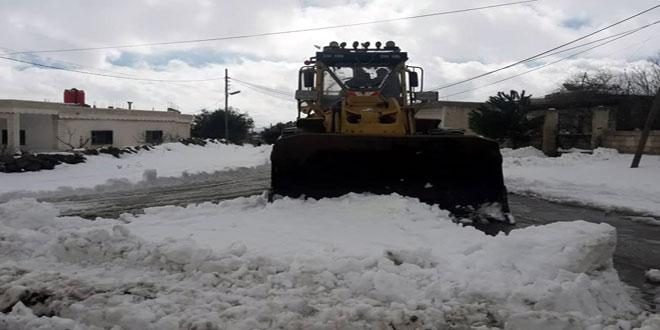 الجهات المعنية في السويداء تواصل إزالة الثلوج وفتح الطرقات