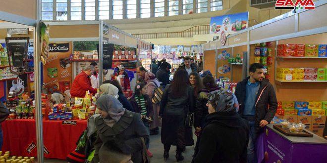 """إقبال كبير على معروضات مهرجان التسوق """"صنع في سورية"""" بحمص"""
