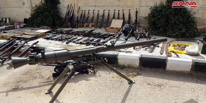 أسلحة وذخيرة بعضها إسرائيلي من مخلفات الإرهابيين في بلدتي انخل والحارة بريف درعا