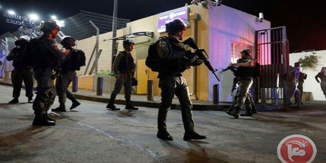 قوات الاحتلال تعتقل سبعة فلسطينيين بالضفة الغربية