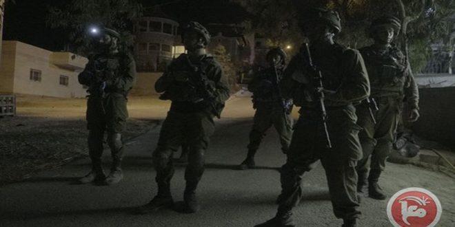 الاحتلال يعتقل خمسة فلسطينيين بالضفة الغربية