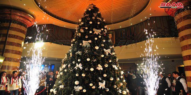 إضاءة شجرة الميلاد في فندق داما روز بدمشق-فيديو