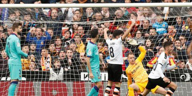 فالنسيا يفوز على برشلونة في الدوري الإسباني لكرة القدم