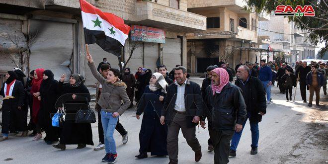 الجيش يؤمن خروج عدد من العائلات قادمة من مناطق انتشار الإرهابيين عبر الممر الإنساني غرب معرة النعمان