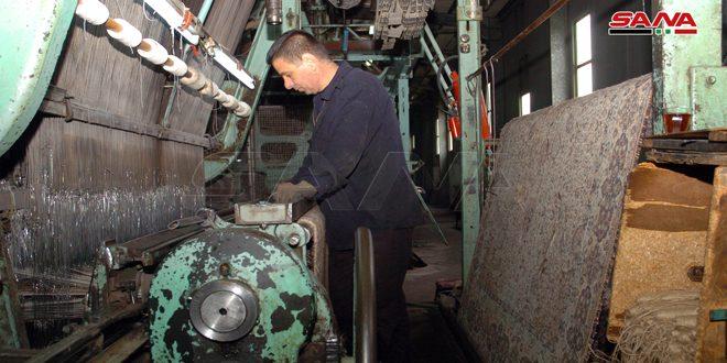 خمسة عمال يعيدون تأهيل نولين في معمل السجاد الآلي بالسويداء ويوفرون 16 مليون ليرة