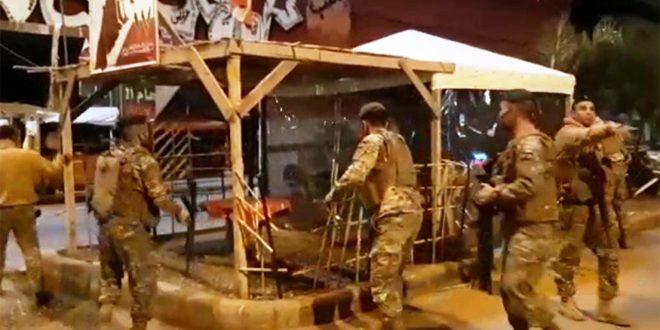 الجيش اللبناني يزيل خيم الاعتصام من ساحة النور بطرابلس