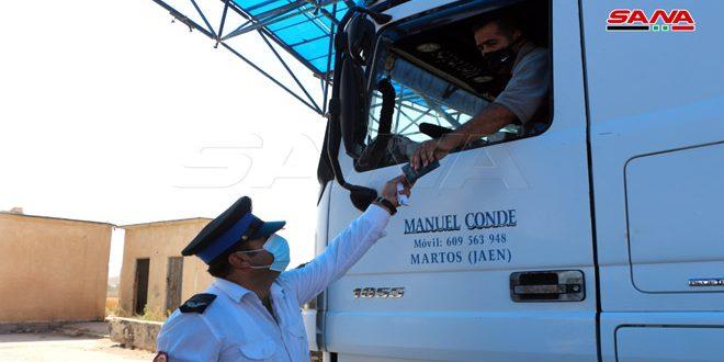 عبور 40 شاحنة إلى الأردن من الشاحنات العالقة عند معبر نصيب جابر الحدودي-فيديو