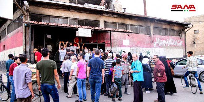 بهدف تخفيف الازدحام والضغط على الأفران (سيارات جوالة لتوزيع الخبز في عدد من مناطق وأحياء دمشق)