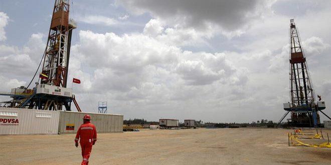 النفط يصل أعلى مستوياته في أكثر من عام