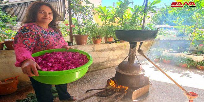 معلمة من طرطوس تستثمر حديقة منزلها بإنشاء مشروع لتقطير الورود