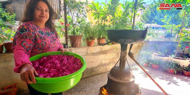 وجيها صالح.. تنجح باستثمار أزهار حديقتها في مشروع لتقطير ماء الورد